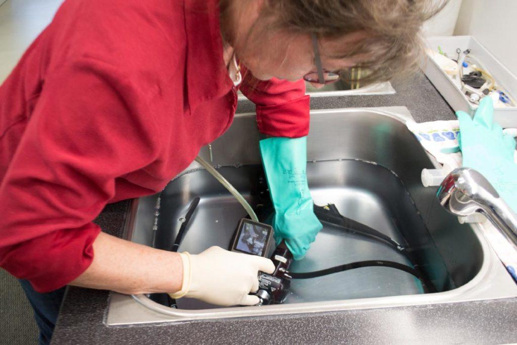 Dichteprüfung eines Endoskops unter Wasser bei einer Endoskop Reparatur