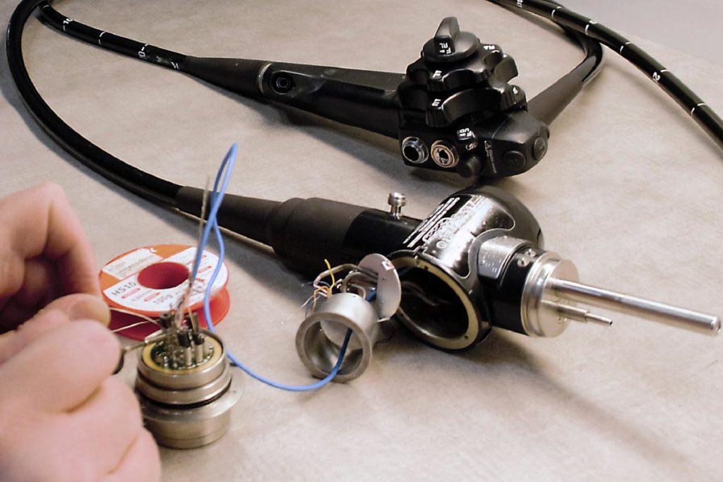 Mitarbeiter von Endomedical repariert Technik eines Endoskop