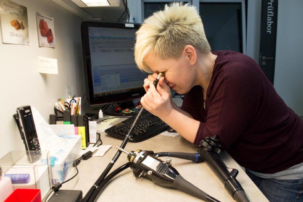 Endoskop Reparatur Service Mitarbeiterin von Endomedical im Prüflabor für Endoskop Reparatur